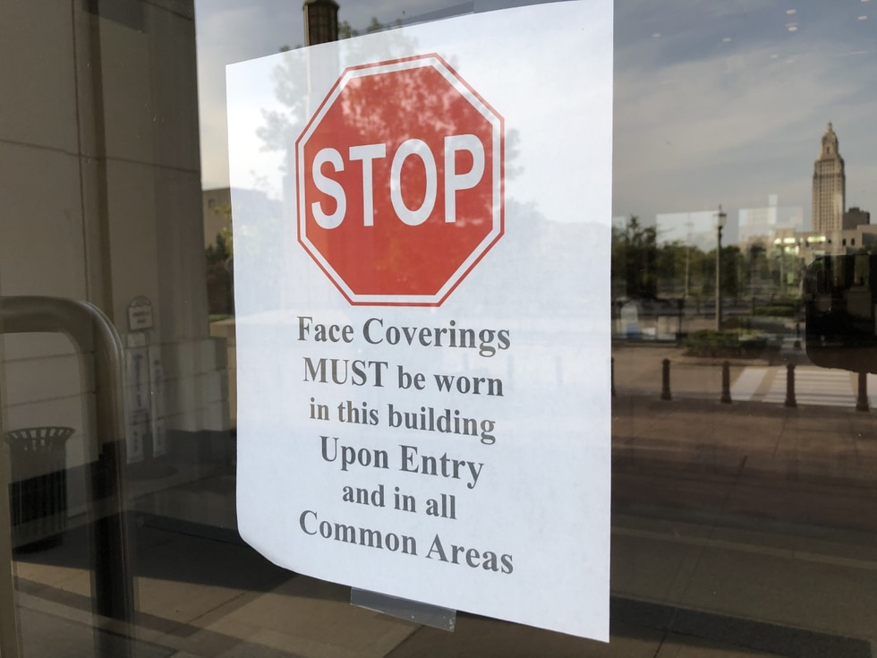 Sign informs those entering face masks must be worn.